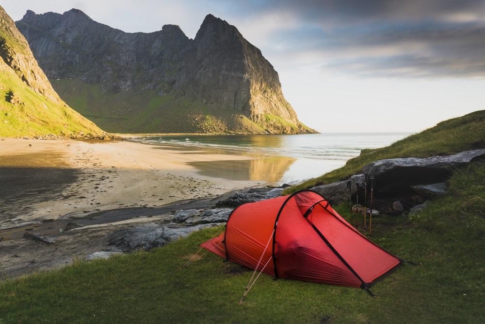 Kvalvika sátrazás a tengerparton Lofoten szigeteken Norvégiában kalandtúra roadtrip