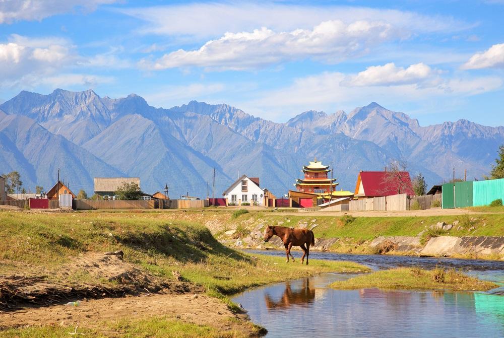 falu szélén Szibériában a Keleti-Szajánok ölelésében