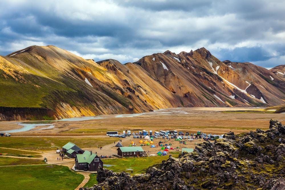 Laugavegur trekking Izland gyalogtúra csoporttal kalandutazás Landmannalaugar kemping
